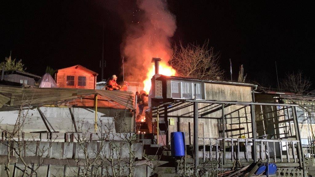 Feuerwehr löscht brennendes Gartenhaus im Familiengarten