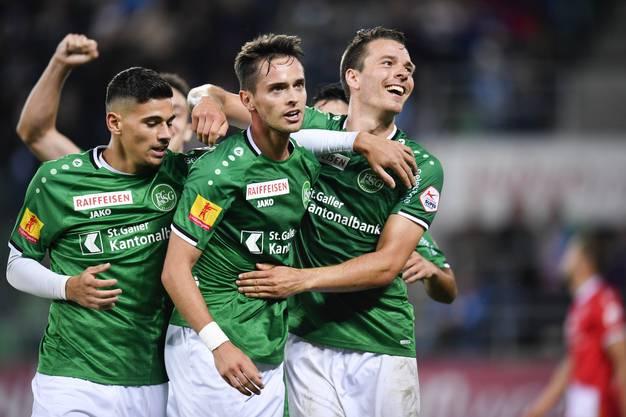 Überraschend erfolgreiche Ostschweizer: Jordi Quintilla (Mitte) jubelt über das 4:0 gegen Thun. (Gian Ehrenzeller/Keystone)