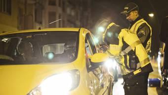 5 von 60 Autofahrer traf die Polizei mit zu viel Promille im Blut an. (Archiv)