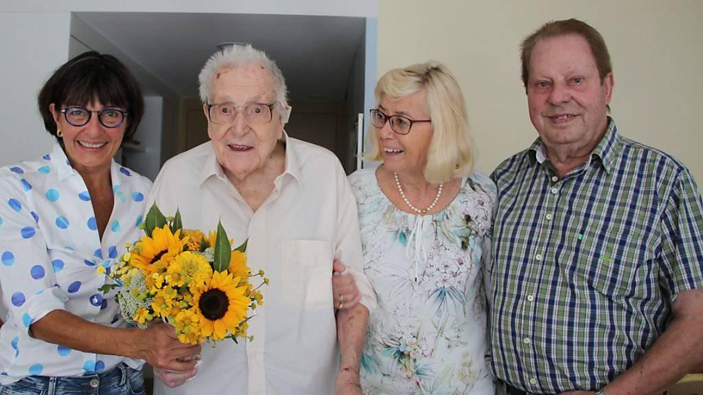 107 Jahre alt: Felix Kober mit Gratulantin Dorena Raggenbass (links), sowie Tochter Marianne Spagolla und Schwiegersohn Heinz Spagolla.