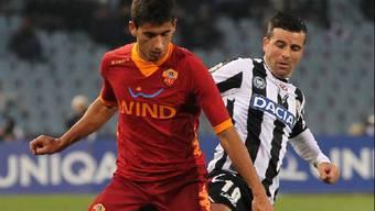 Udinese-Stürmer Di Natale (r.) luchst José Ángel den Ball ab
