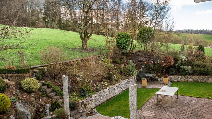Dieser Garten in Künten liegt ausserhalb der Bauzone. Lehnt der Kanton ein Umzonungsgesuch ab, muss ihn die Familie Müller wieder aufschütten.