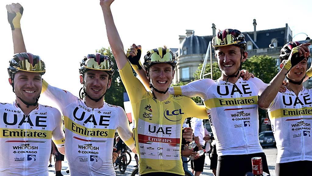 Tadej Pogacar (Mitte, in Gelb) jubelt auch die nächsten fünf Jahre für das UAE-Team