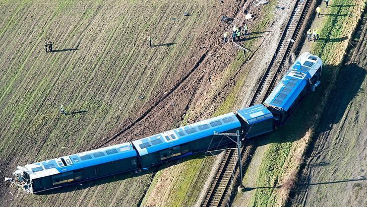 Der entgleiste Zug liegt quer über den Schienen - der Lokführer überlebte den Zusammenprall mit einer fahrbaren Hebebühne nicht.