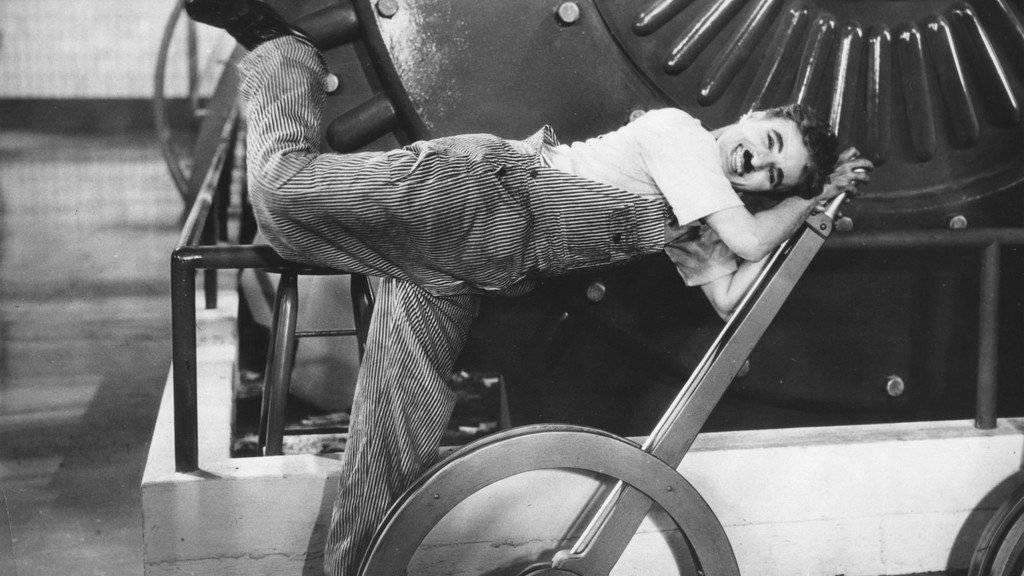 Charlie Chaplin kämpft mit der Technik