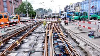 Die alten Gleise im ersten Baustellen-Abschnitt sind am Tag vier der Sperre schon weg, die neuen werden bereits verlegt.