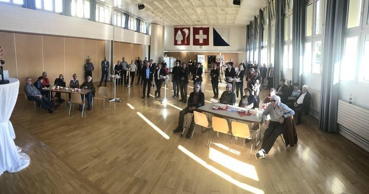 Panorama-Aufnahme: Plenum mit über 60 Personen am Anlass in Unterengstringen
