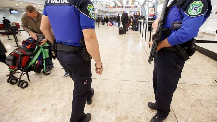 Zwei Polizisten am Flughafen in Genf. (Archiv)