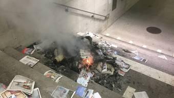 """Bündel mit Ausgaben des """"SonntagsBlick"""" in Flammen: Ein 19-Jähriger soll an Heiligabend ganze Bündel mit Sonntagszeitungen im Bahnhof Altstätten in Brand gesteckt haben. Warum, ist unklar. Der Schaden: 4000 Franken."""