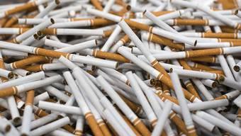 Der Tabakkonzern British American Tobacco (BAT) will aufgrund des rückläufigen Zigarettenabsatzes in seinen Hauptmärkten 2300 Stellen streichen. (Archiv)