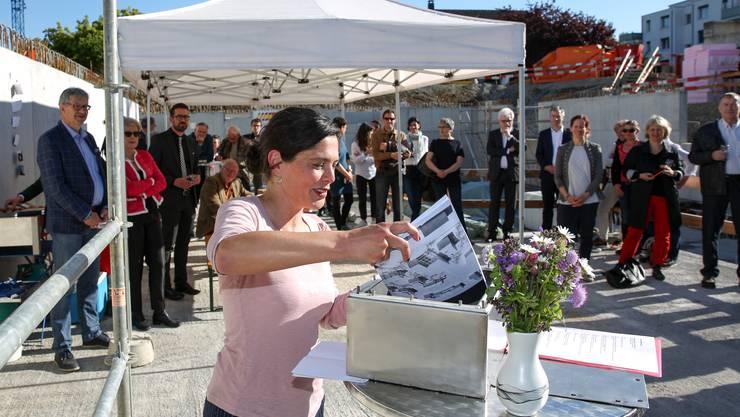 Stapferhaus-Leiter Sibylle Lichtensteiger legt Dokumente vom Stapferhaus in die Zeitkapsel