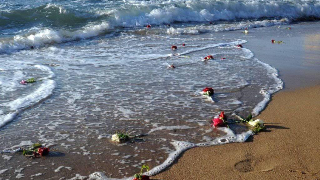 Blumen für die Opfer bei einem Gedenkanlass. Bei dem Flugzeugabsturz waren Ende 2016 alle 66 Insassen ums Leben gekommen. (Archivbild)