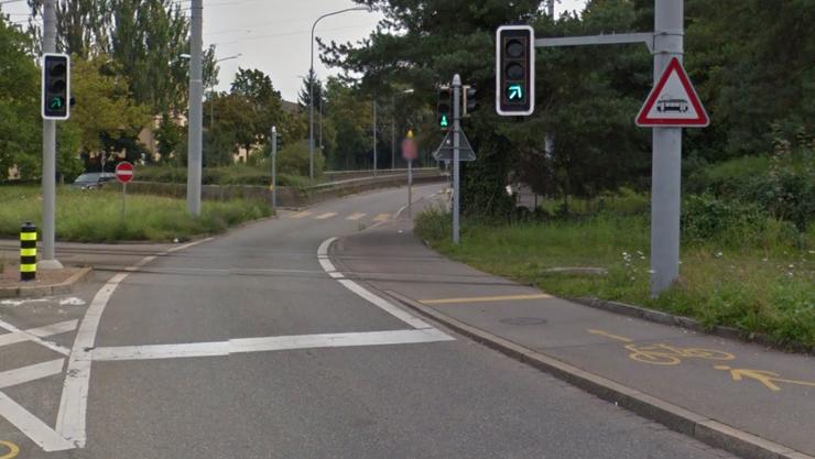 Hier an der Verzweigung Schaffhauser-/Hirschwiesenstrasse kollidierte der E-Bike-Fahrer mit dem Tram.