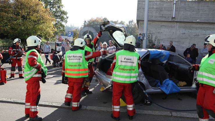Die Dietiker Feuerwehr demonstrierte die Rettung nach einem Autounfall.