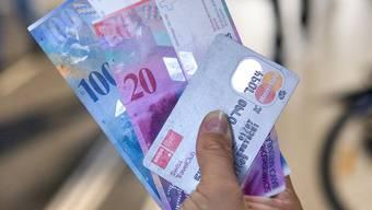 Mit Bargeld oder mit Kreditkarte bezahlen?