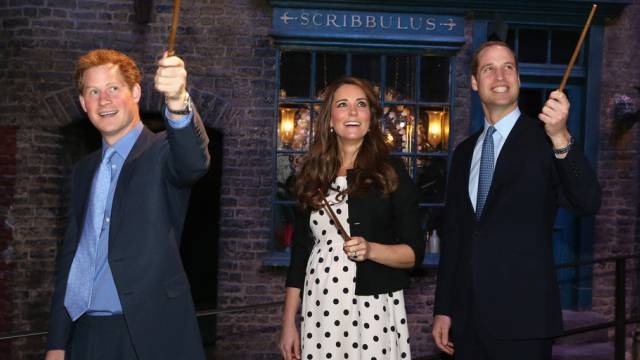 Die schwangere Kate umrahmt von Prinz William (r) und Prinz Harry