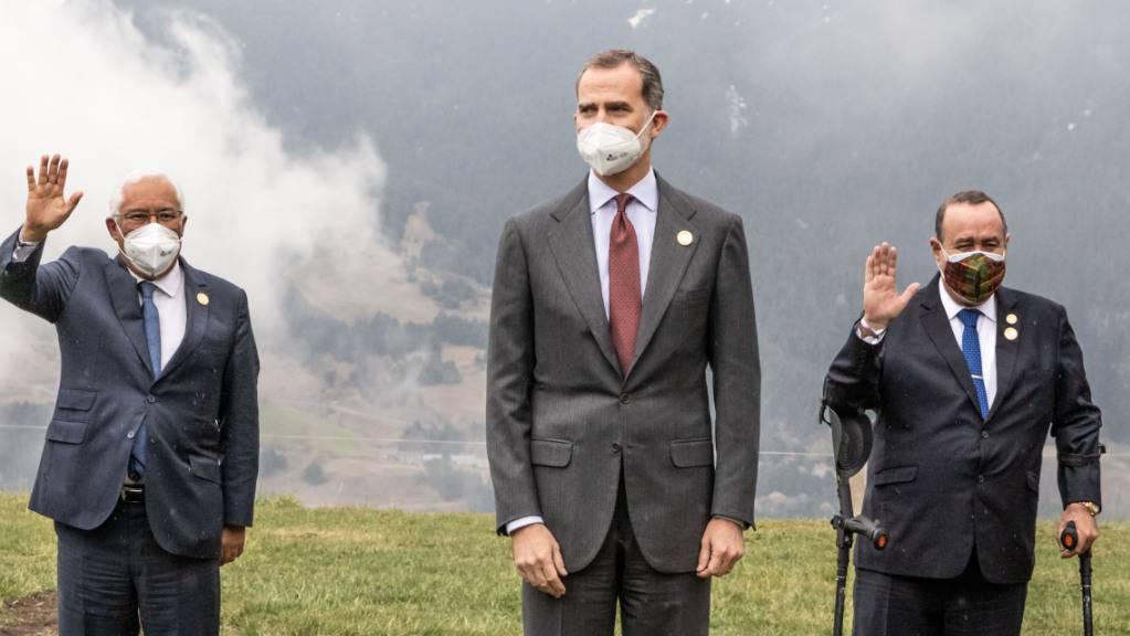 Antonio Costa (l-r), Ministerpräsident von Portugal, Felipe VI., König von Spanien, und Alejandro Giammattei, Präsident von Guatemala, stehen für ein Foto bereit. Der 27. Iberoamerika-Gipfel, ein Gipfeltreffen der Staats- und Regierungschefs Lateinamerikas, Spaniens und Portugals, findet in Andorra statt. Foto: Javier Borrego/EUROPA PRESS/dpa