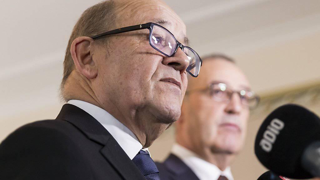 Der französische Verteidigungsminister Jean-Yves Le Drian, hier bei einem Besuch in Freiburg bei Bundesrat Guy Parmelin, hält es für möglich, dass Hacker versuchen könnten, auch die Wahlen in Frankreich zu stören. (Archivbild)