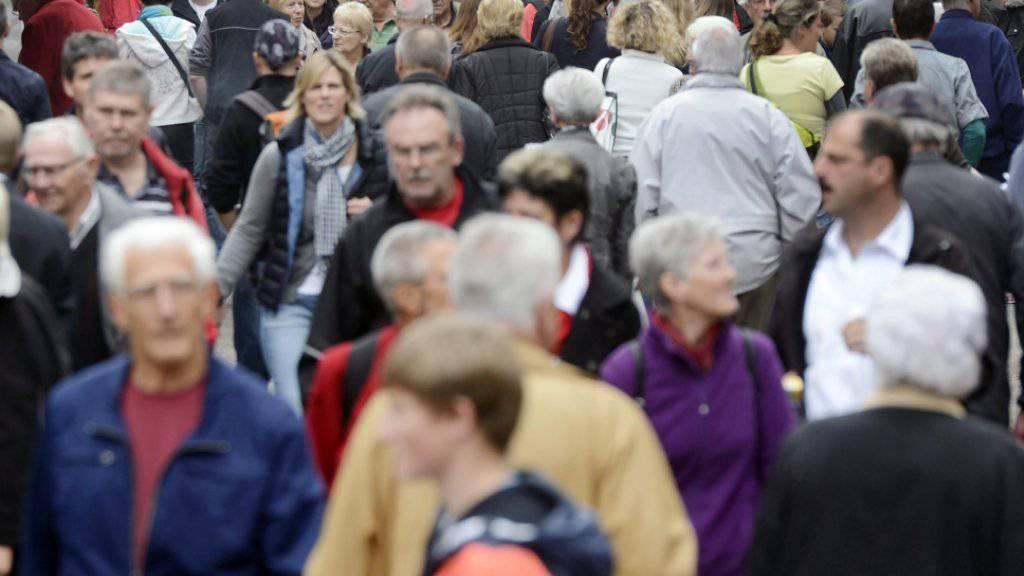 In der Schweiz wird es langsam aber sicher enger. 2016 wuchs die Bevölkerung wie schon im Vorjahr um 1,1 Prozent auf 8,4 Millionen Personen (Symbolbild)