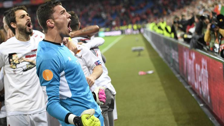 So sieht Freude aus: Sevillas Torhüter Soria jubelt nach dem Titelgewinn in die Fankurve