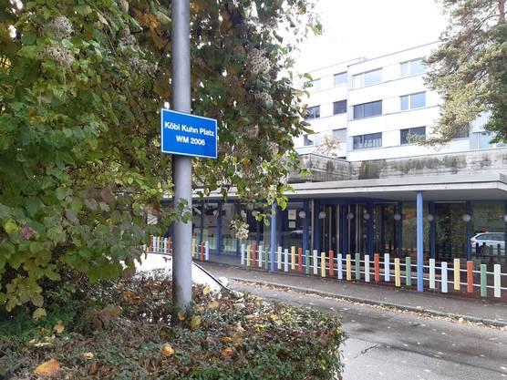 Seit der WM 2006 gibt es an der Döltschihalde in Zürich Wiedikon einen inoffiziellen Köbi Kuhn Platz. Fussballlegende Kuhn stammt aus Wiedikon.