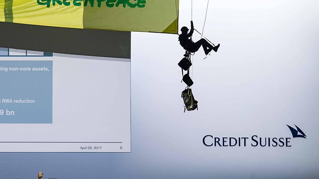 Die Grossbanken UBS und CS werden weiterhin von Greenpeace für ihre Klimapolitik kritisiert - im Bild eine Aktion an der CS-Generalversammlung von 2018. (Archivbild)