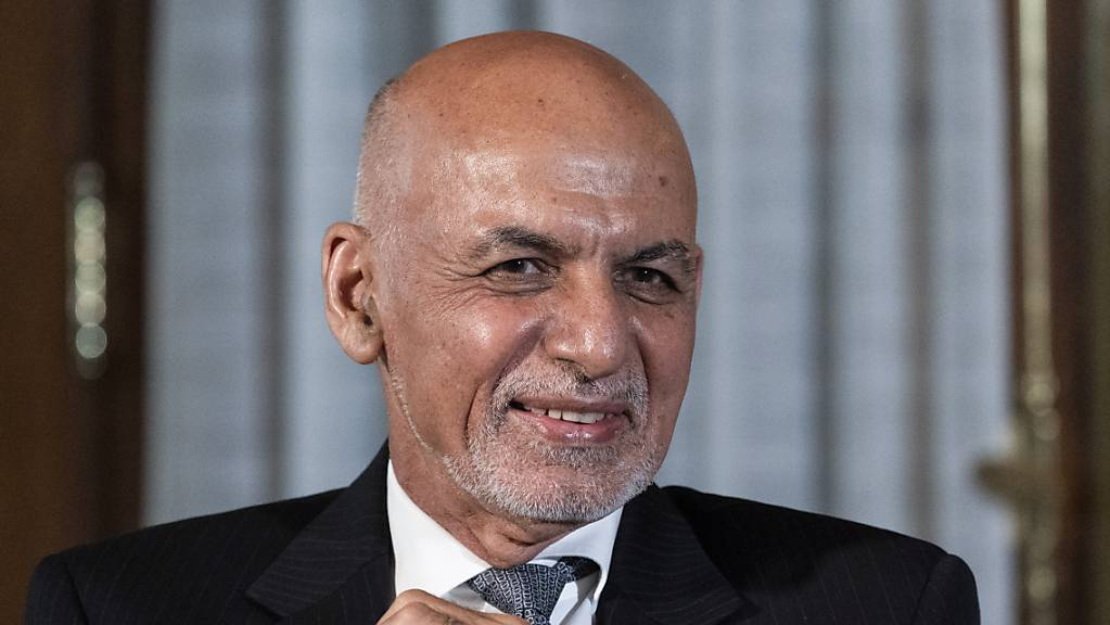 Der afghanische Präsident Ashraf Ghani sitzt vor Medienvertretern. Angesichts des Vorrückens der Taliban soll nach einem Beschluss von Präsident Ghani in 31 der 34 Provinzen des Landes eine nächtliche Ausgangssperre verhängt werden. Foto: Alex Brandon/AP/dpa