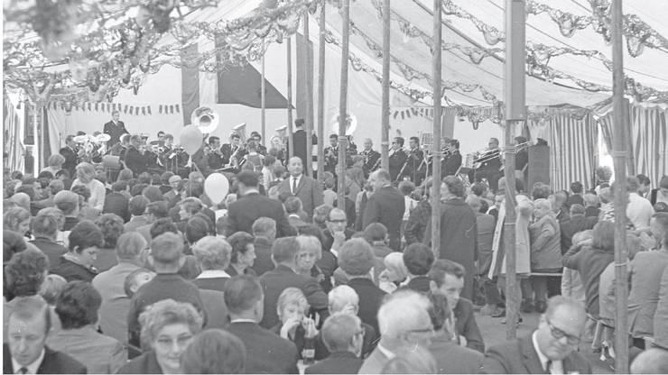 Pumpenvoll war das Festzelt anlässlich der ersten Austragung des Schlierefäschts im Jahr 1969.