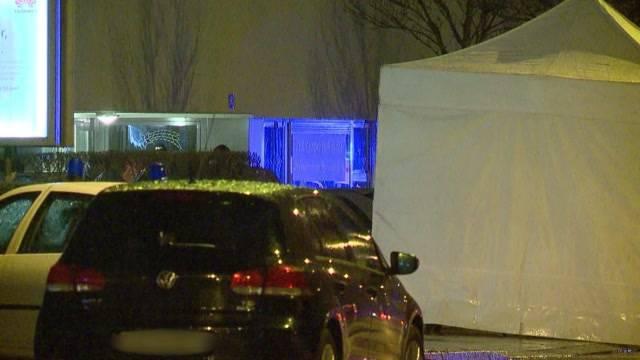 Tödliche Schüsse in Zürich-Affoltern: 30-jähriger verstirbt noch an Tatort. Polizei nimmt 3 Personen fest.