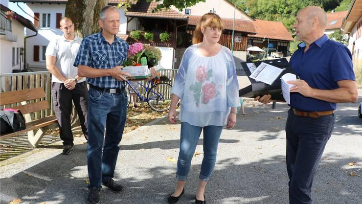Hansjörg Benz (r.) übergibt Gemeindeammann Eva Frei und Vizeammann Benedikt Gürtler eine Petition mit über 800 Unterschriften.