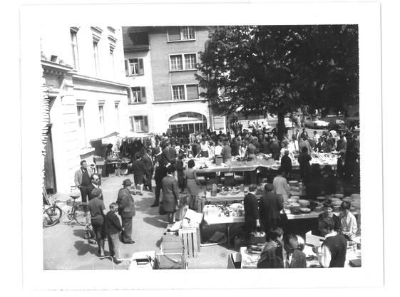 1964: Ein Bazar vor dem Hübelischulhaus brachte gut 17 000 Franken.