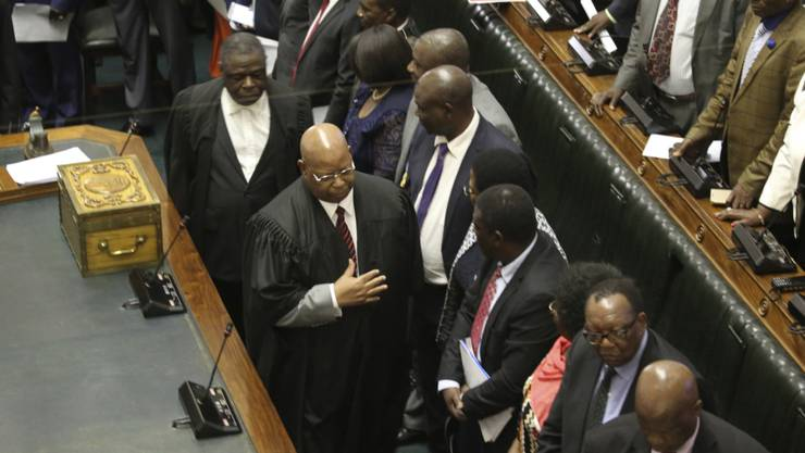 """Parlamentspräsident Jacob Mubenda (Bildmitte mit schwarzer Robe und Brille) sagte, das Amtsenthebungsverfahren sei """"beispiellos in der Geschichte des unabhängigen Simbabwe""""."""