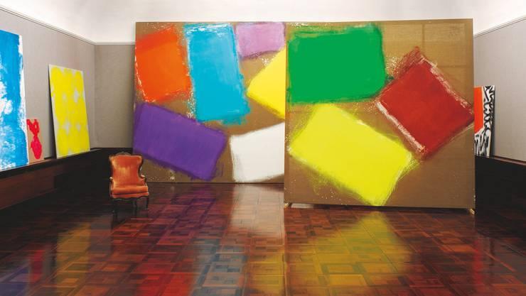 Die Galerie der Villa Langmatt glüht dank den starken Farben und grossen Gesten von Renée Levi. Und doch passt der alte Fauteuil bestens hinein.