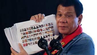 Der Präsident der Philippinen, Rodrigo Duterte, entlarvt bei seinen Auftritten gerne Drogendealer - nun musste sein ältester Sohn, Paolo, aufgrund von Drogenhandelsvorwürfen von einem öffentlichen Amt zurücktreten. (Archivbild)