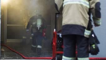 Dank der schnell ausgerückten Feuerwehrkräfte konnte der Kellerbrand rasch unter Kontrolle gebracht werden. (Symbolbild)