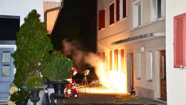 Flammen schiessen aus dem Keller des Mehrfamilienhauses