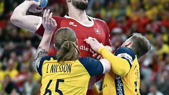 Der Schweizer Lucas Meister läuft gegen die Schweden auf.