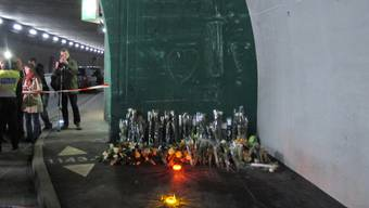 Blumen für die Opfer des Carunglücks in Siders - von Angehörigen an der Unfallstelle niedergelegt (Archiv)