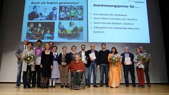 Im Konzertsaal Solothurn stellten sich alle Nominierten und die Sieger des Sozialpreises 2017 zum gemeinsamen Foto. Hansjörg Sahli