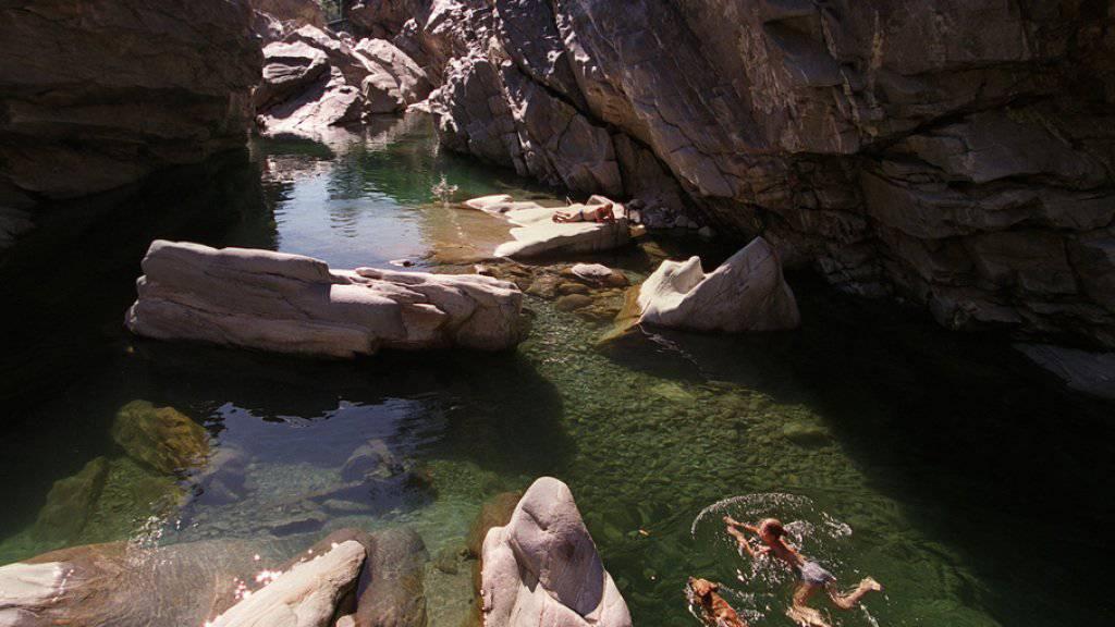 Verführerisch kühl, aber nur für geübte Schwimmerinnen und Schwimmer: die Maggia bei Ponte Brolla im Kanton Tessin. (Archivbild)