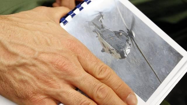 Ein Bild des verunglückten Helikopters bei der Pressekonferenz der Luftwaffe