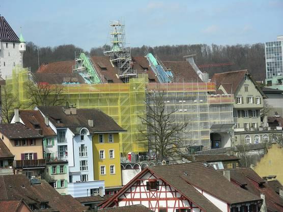 Hinter dem Baugerüst entsteht die neue Fassade des Stadthauses in der Kugel an der Turmkugel lagerten die Dokumentenakpseln