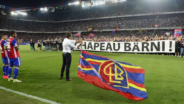 Ein friedlicher Platzsturm zum Schluss. Die FCB-Fans würdigen Bernhard Heusler während seines letzten Spiels als FCB-Präsident.