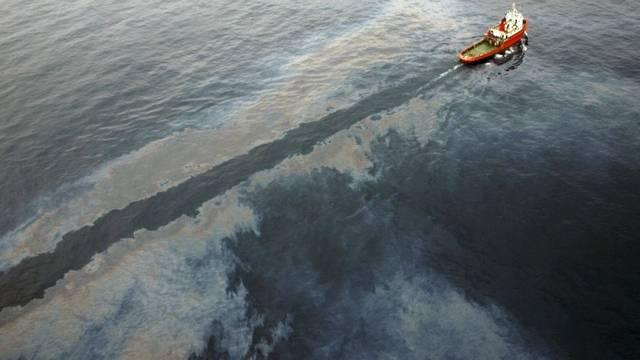 Ein Schiff durchfährt den Ölteppich