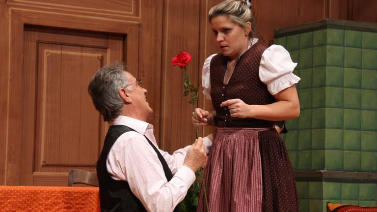 Auf die Avancen von Nachbar Lang (Bruno Schaffner) reagiert Dorli (Nicole Spiess) irritiert