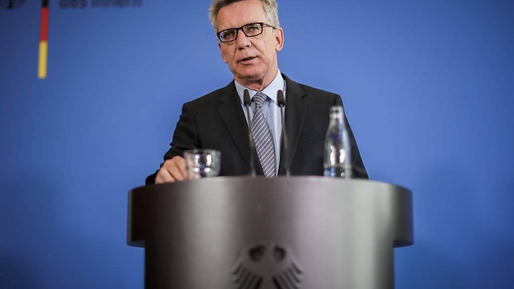 Der deutsche Innenminister de Maizière informiert über die Hintergründe der Axt-Attacke in einem Regionalzug in Würzburg.