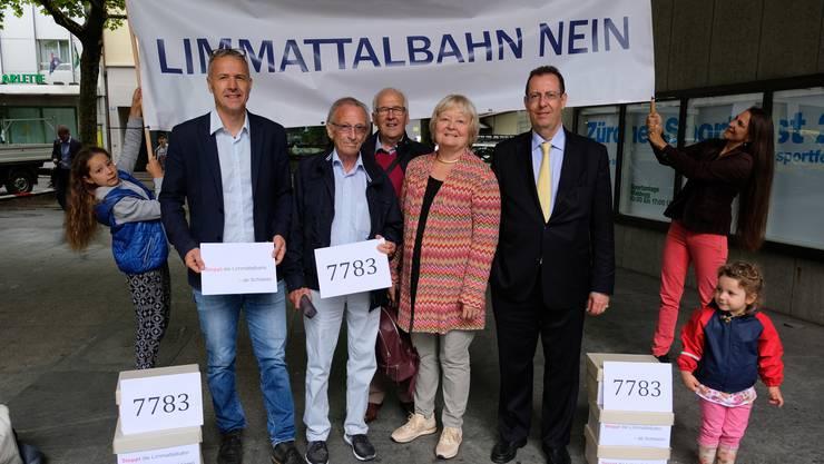 Im Juli 2017 reichten Bernhard Schmidt, Arthur Hess, Marcel Achermann, Heidemarie Busch und Hans-Peter Amrein die Unterschriften für ihre Stopp-Initiative bei der Zürcher Justizdirektion ein. Nun ist die Abstimmung juristisch aufgearbeitet.