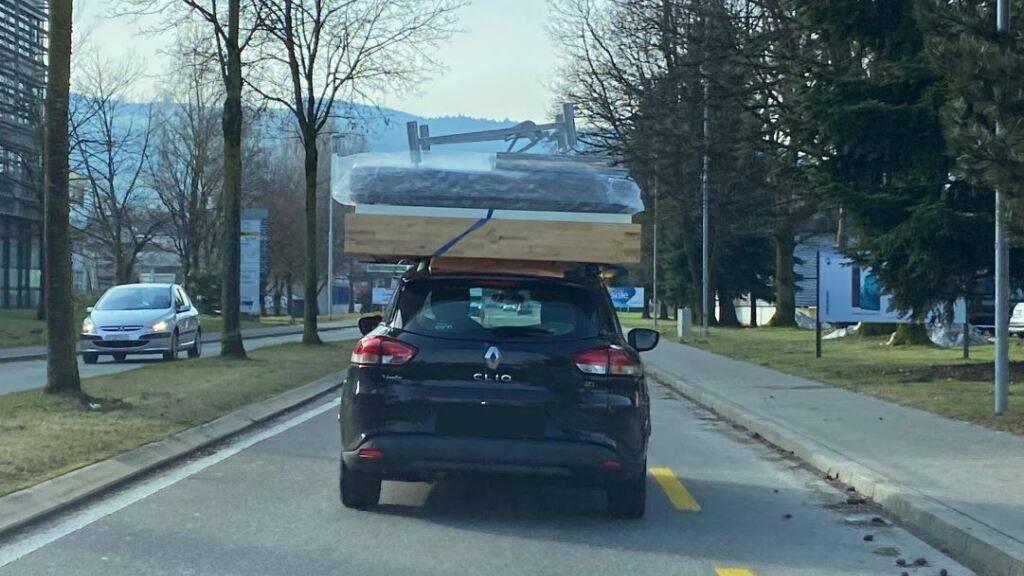Komplettes Bett auf dem Dach: Auto in Rotkreuz gestoppt