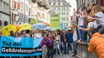 Am Tag der Gebärdensprache haben am Samstag in St.Gallen zahlreiche Gehörlose für ihr Recht auf Arbeit demonstriert.