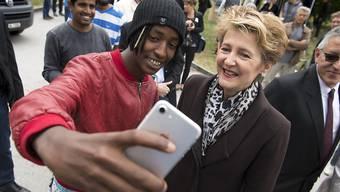Selfies mit Asylbewerbenden: Justizministerin Simonetta Sommaruga besuchte am Samstag das Bundeszentrum in Boudry NE.